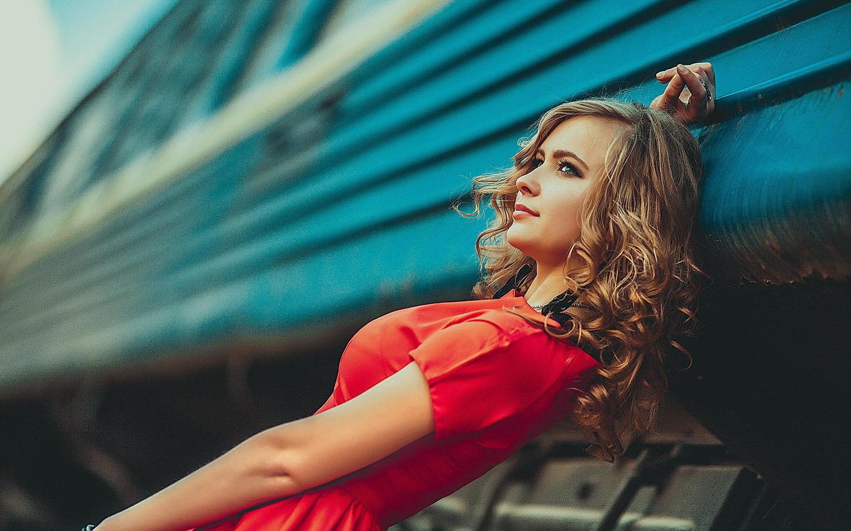 Фото девушек на фоне поезда 17 фотография