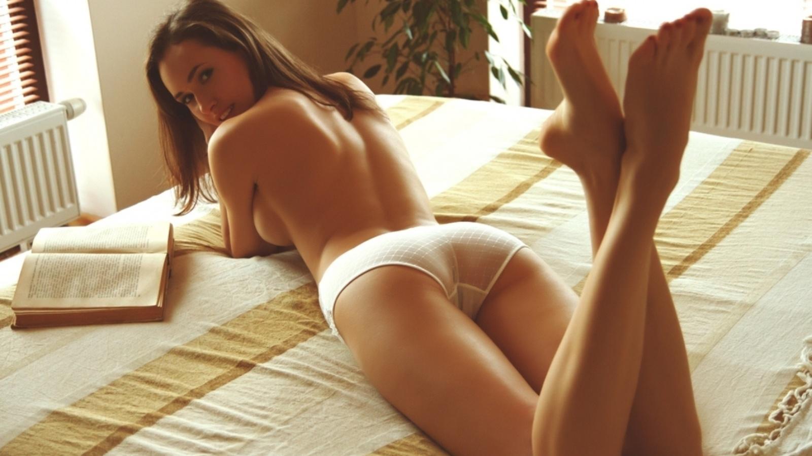 Русская очень красивая девушка с шикарной фигуркой нежится в постели 3 фотография