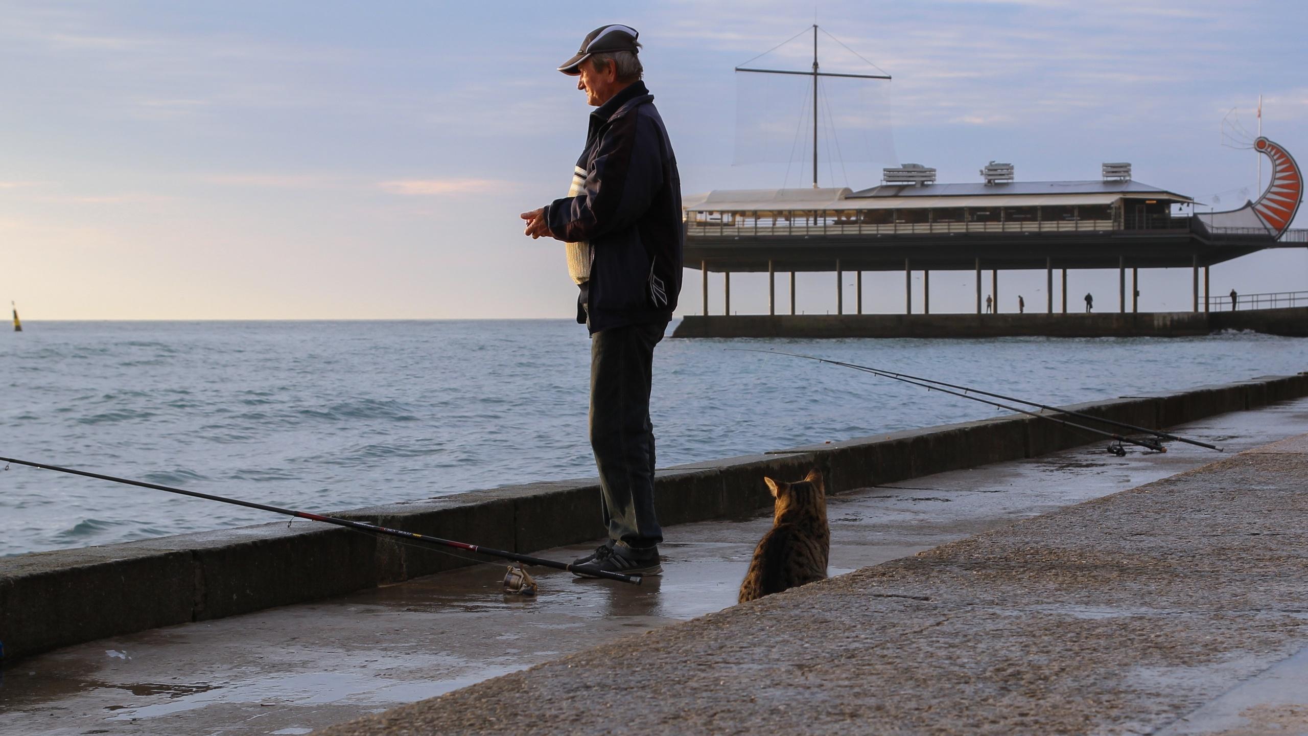 ловля рыбы на набережной