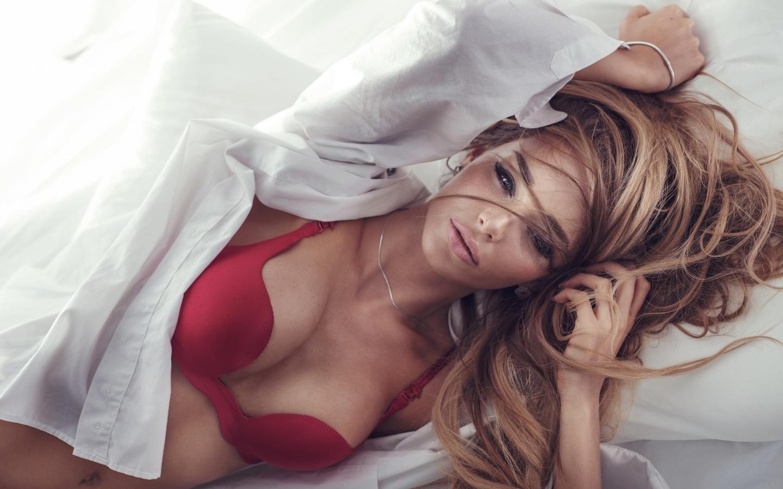 Фото девушек в кроватей блондинка 26 фотография