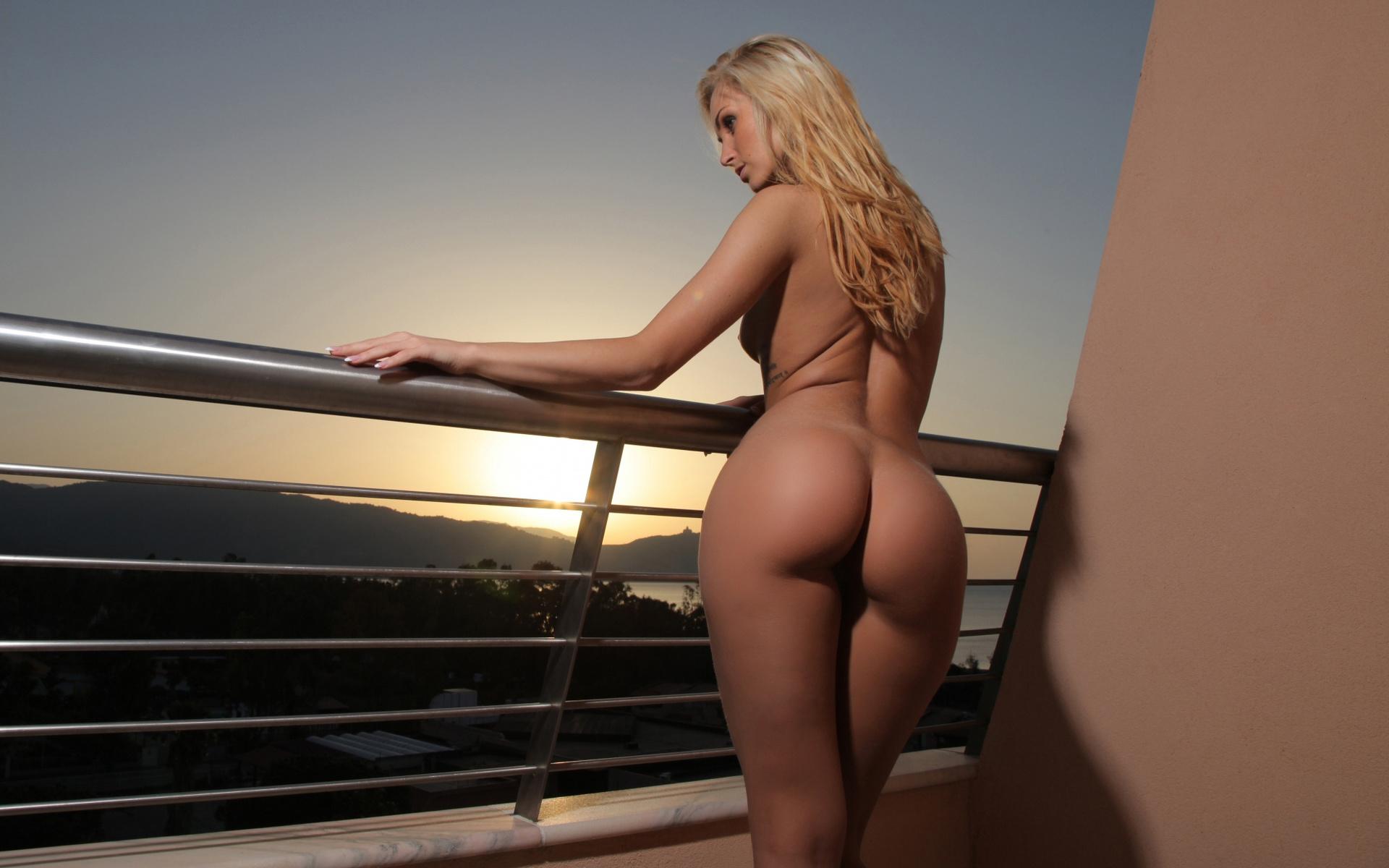 blondinka-s-golim-zadom