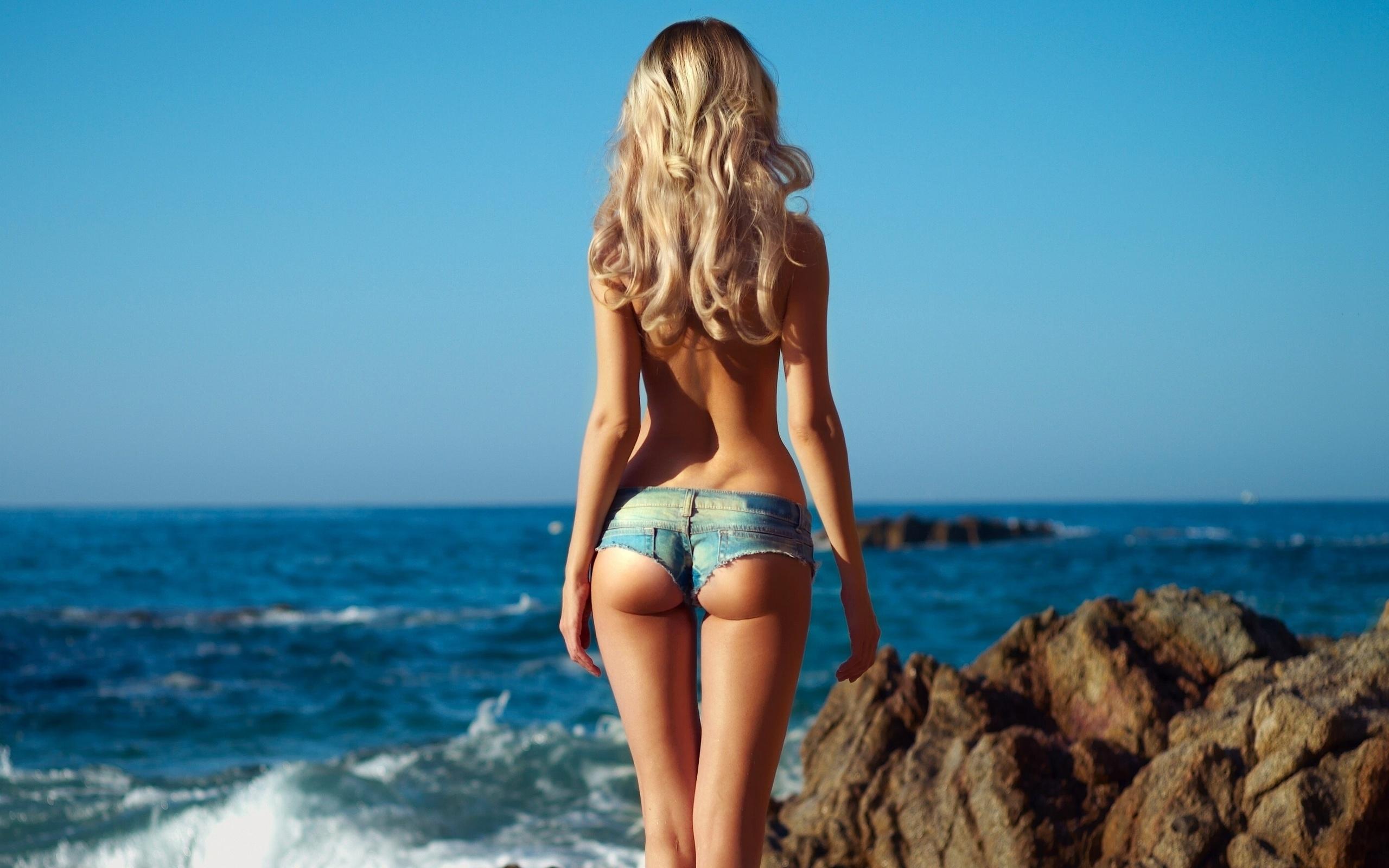 Фото в купальнике на пляже со спины 24 фотография