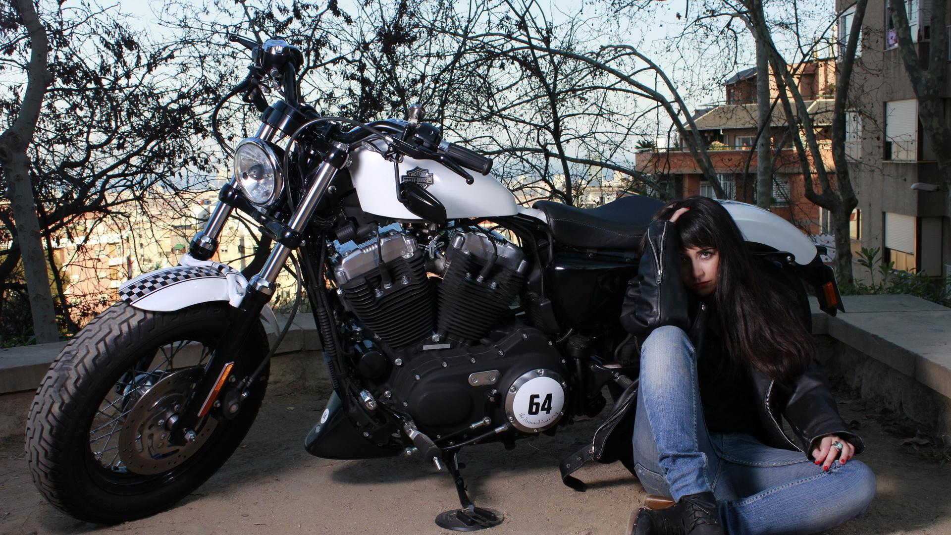 devushki-okolo-mototsikla-foto