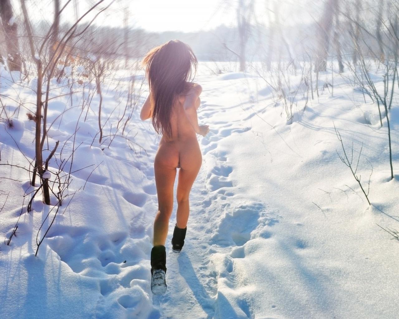 video-golaya-devushka-zimoy