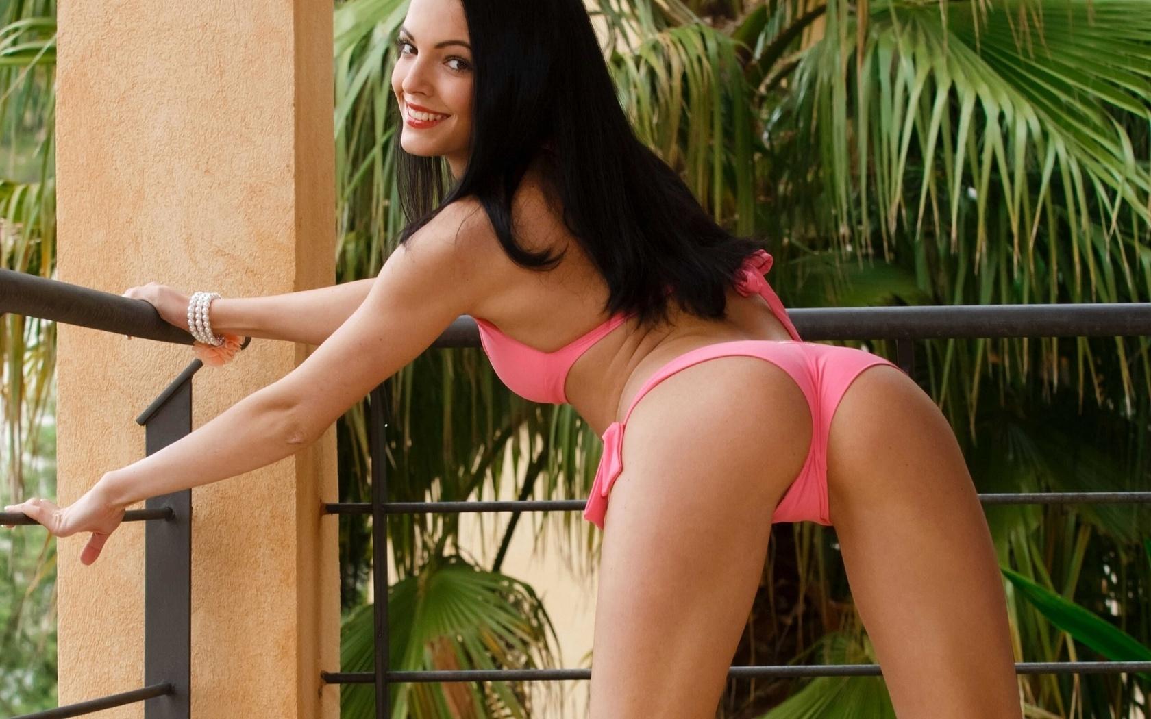 фото девушки в бикини c голыми сиськами