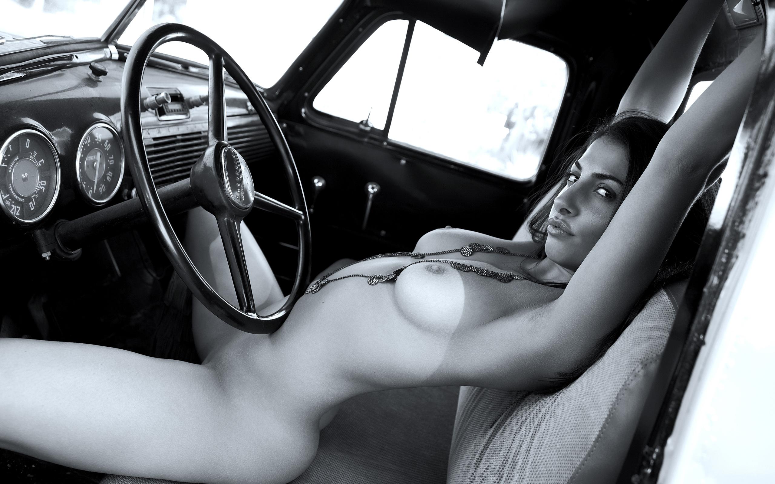Телка голая в машине 17 фотография