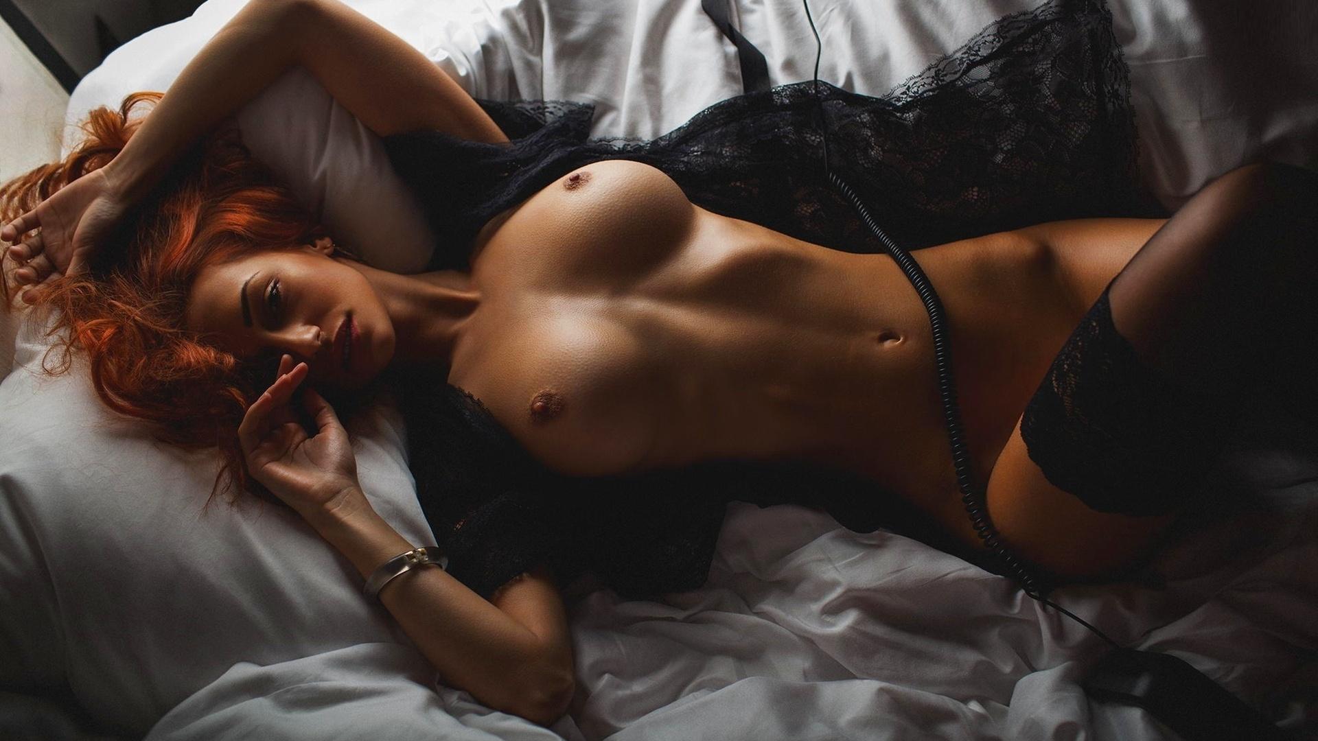 Художественное ню фото женщина в постели 8 фотография