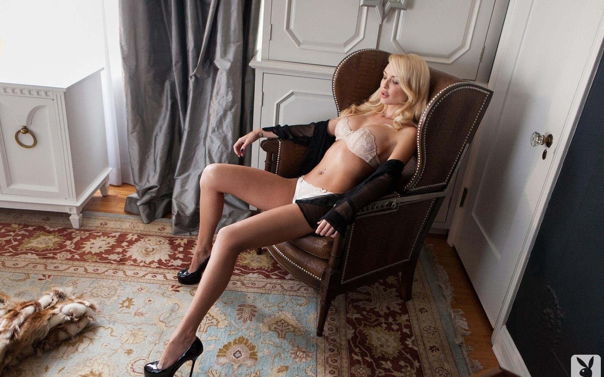Шикарную блондинку на столе 8 фотография