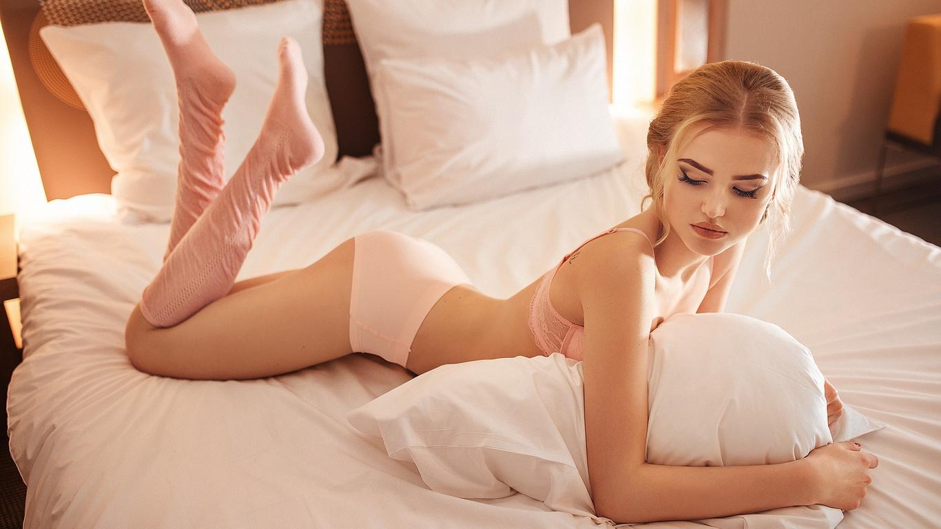 Блондинка в кровати 6 фотография