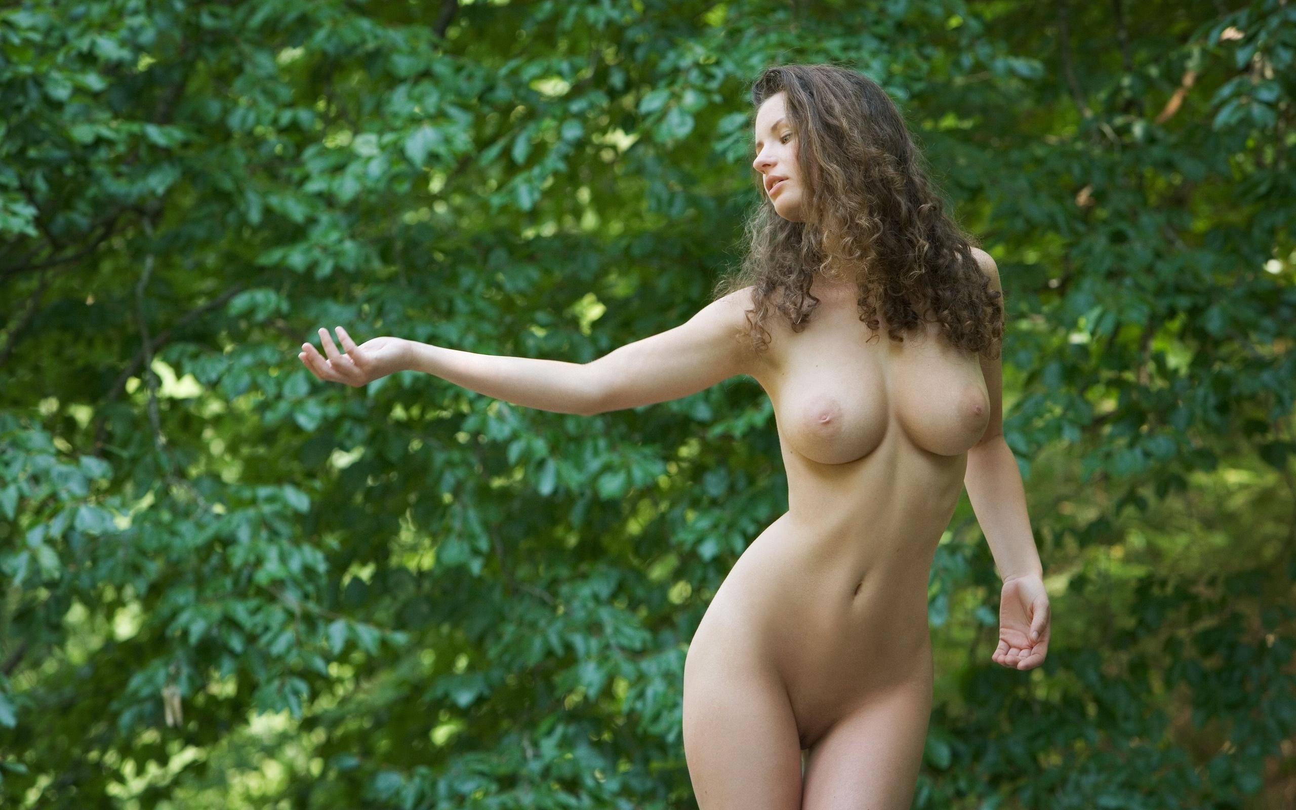 Шатенка голая на природе 3 фотография