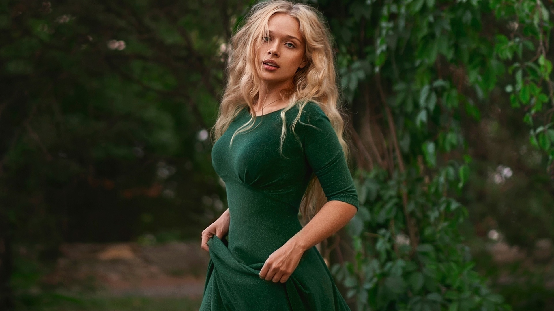 Рыжая девушка в зеленом платье 1 фотография