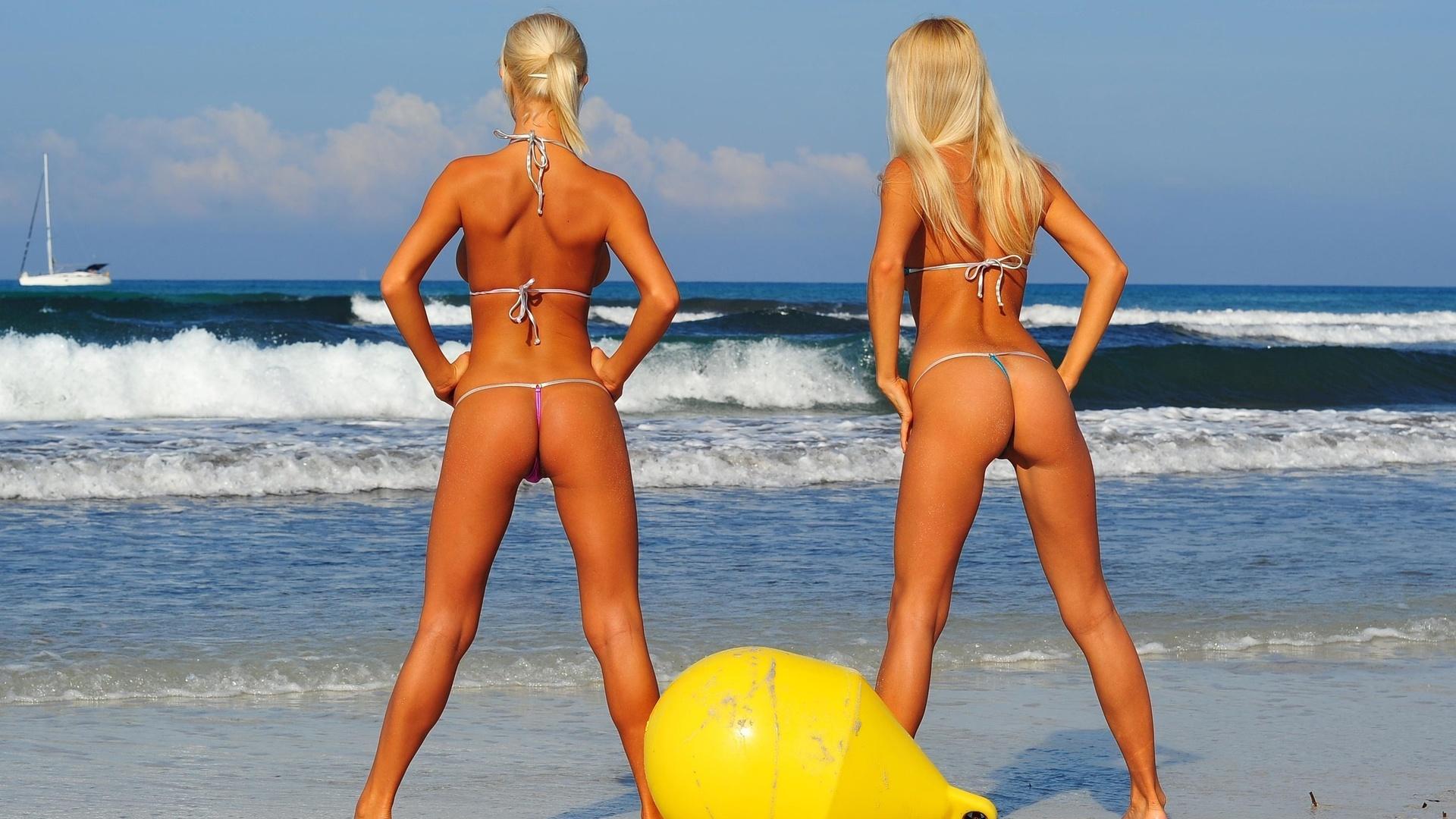 dve-blondinki-na-plyazhe