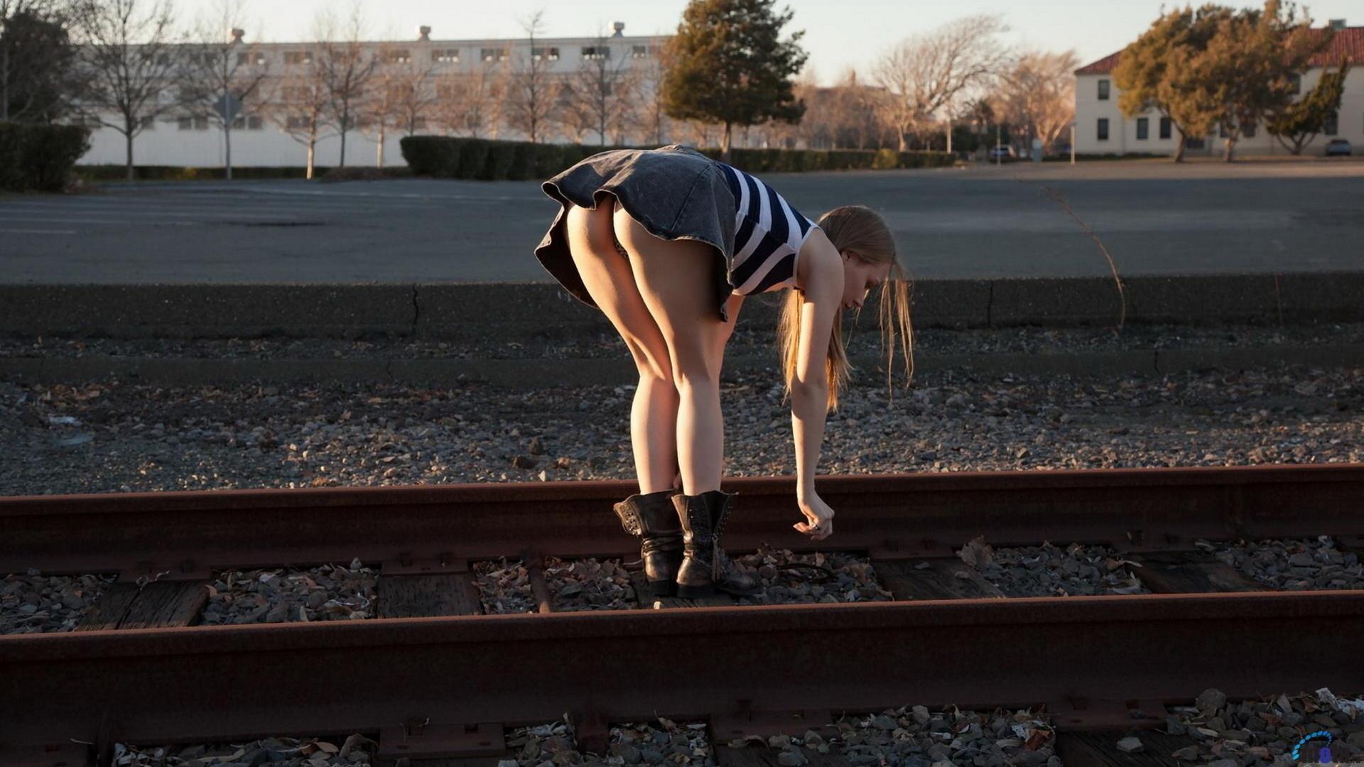 Фото девушки которая нагнулась в мини юбке 4 фотография