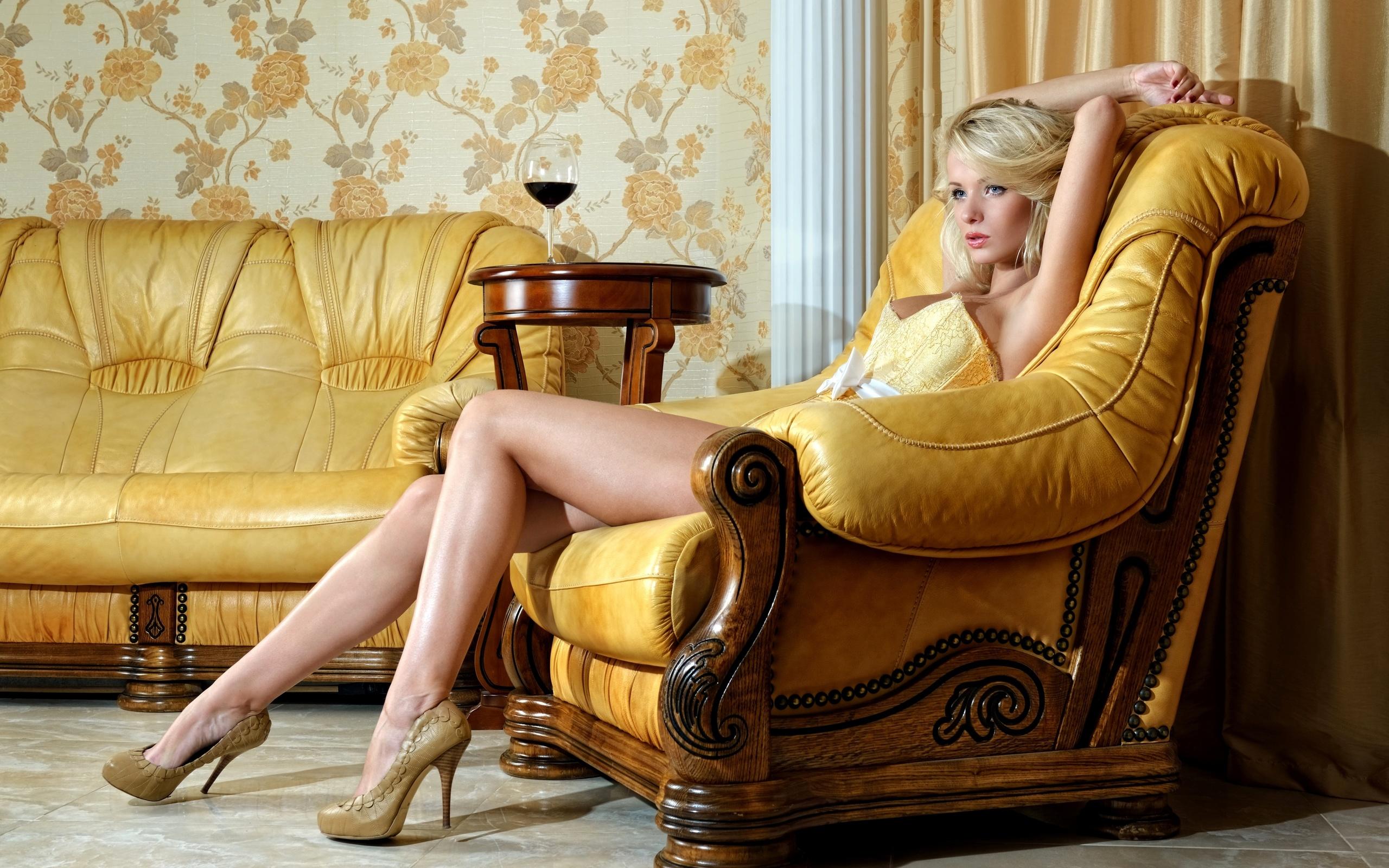 Фото блондинок в кресле 3 фотография