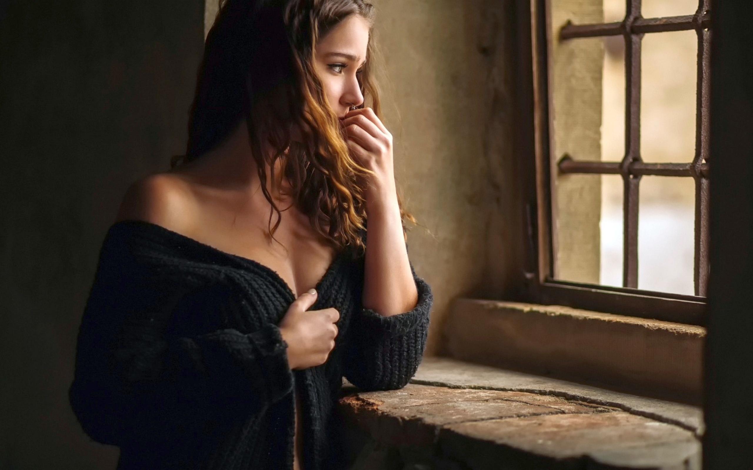Девушка окно фото 26 фотография
