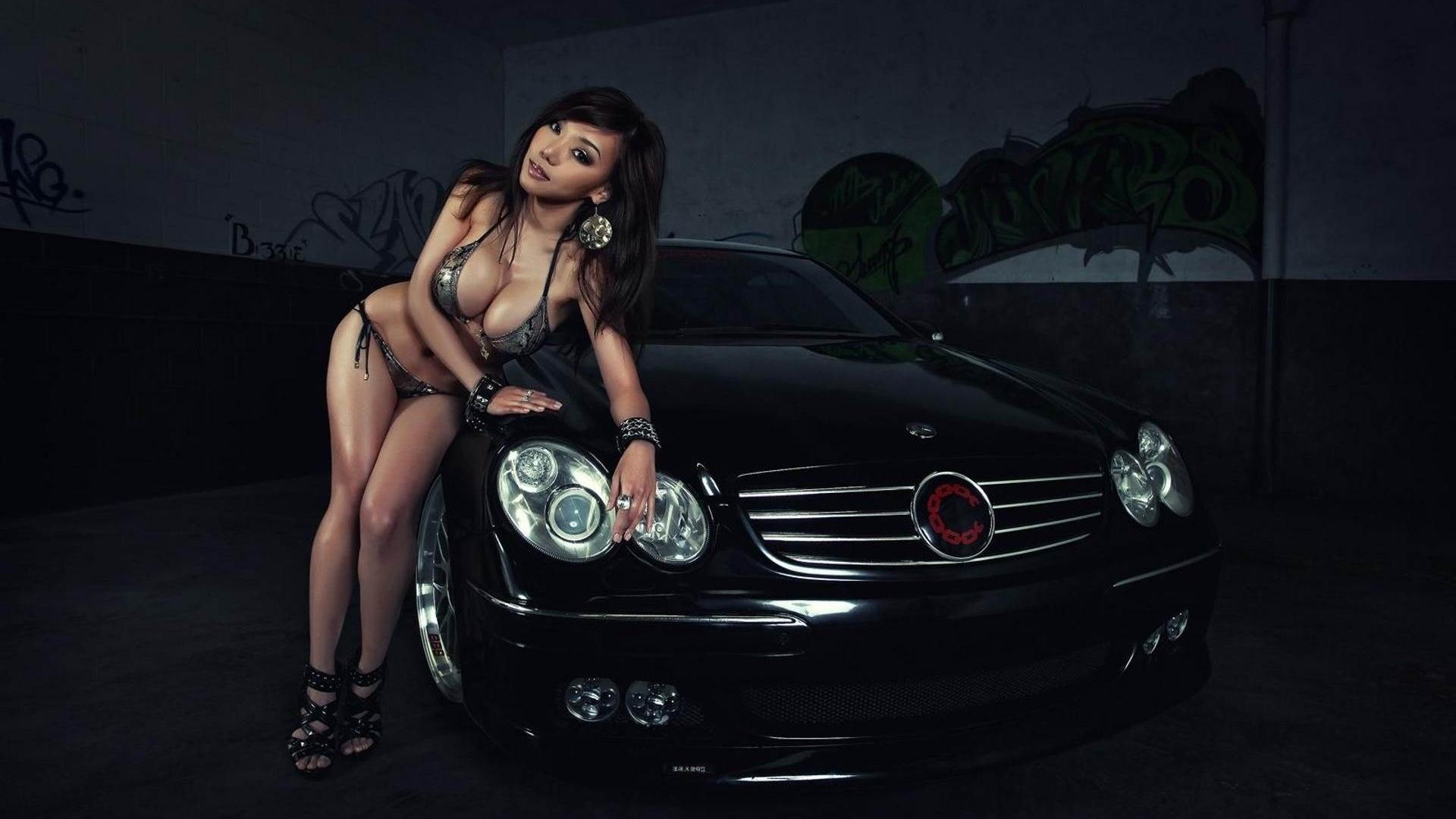 Смотреть порно с симпатичной брюнеткой в автомобиле мерседес бенс 10 фотография