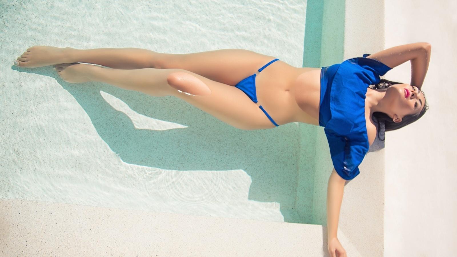 devushki-razdvigayut-nogi-v-bikini