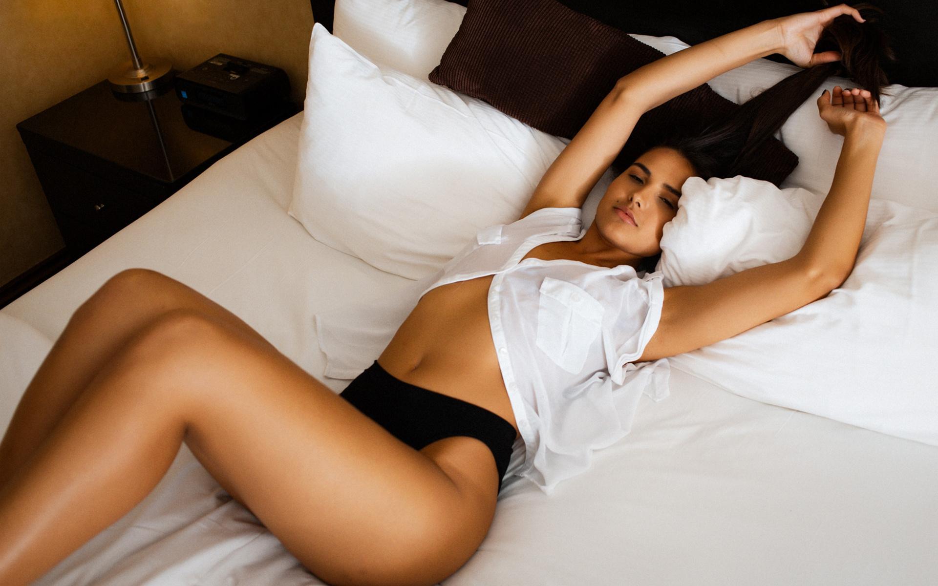 Девушка лежит на животе фото