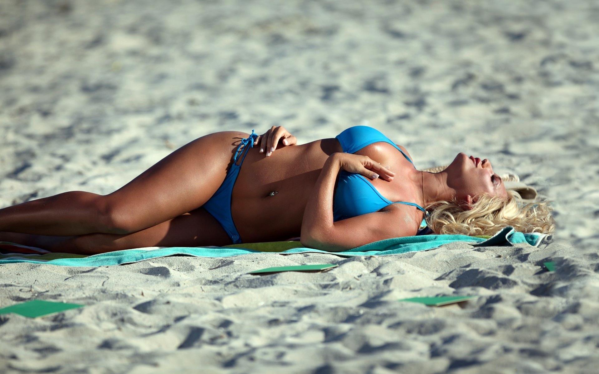 Девушки без купальников на общественном пляже классные фото
