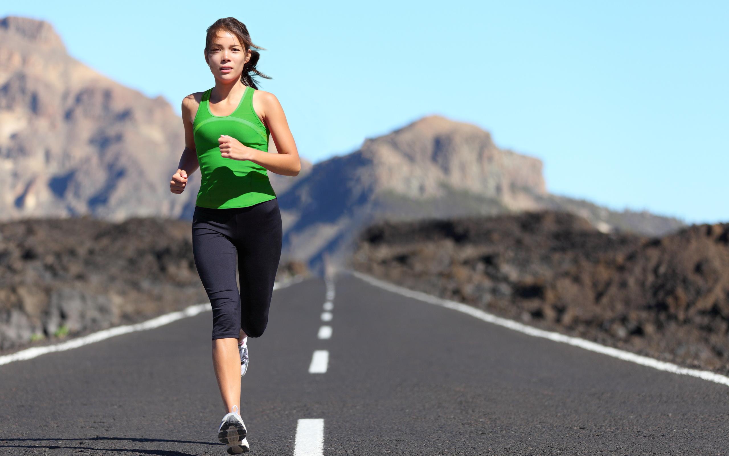 Девушка бегущая по дороге фото