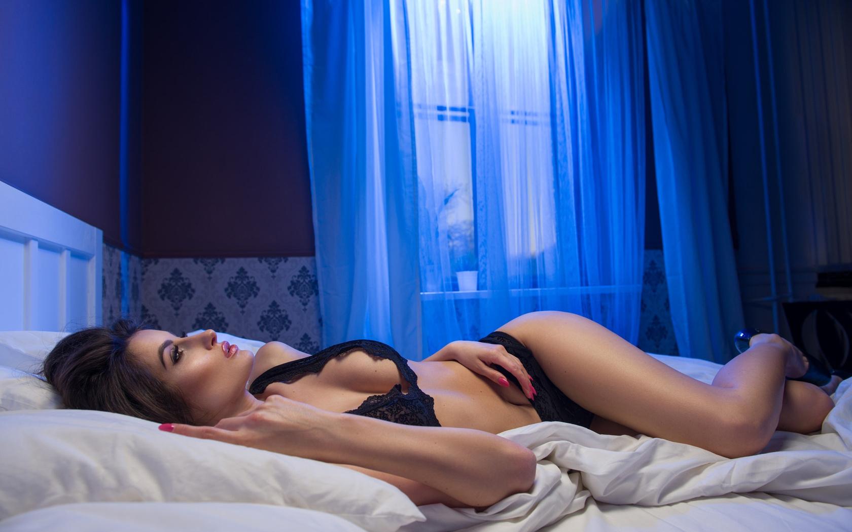 Девушка фото картинка на кровати