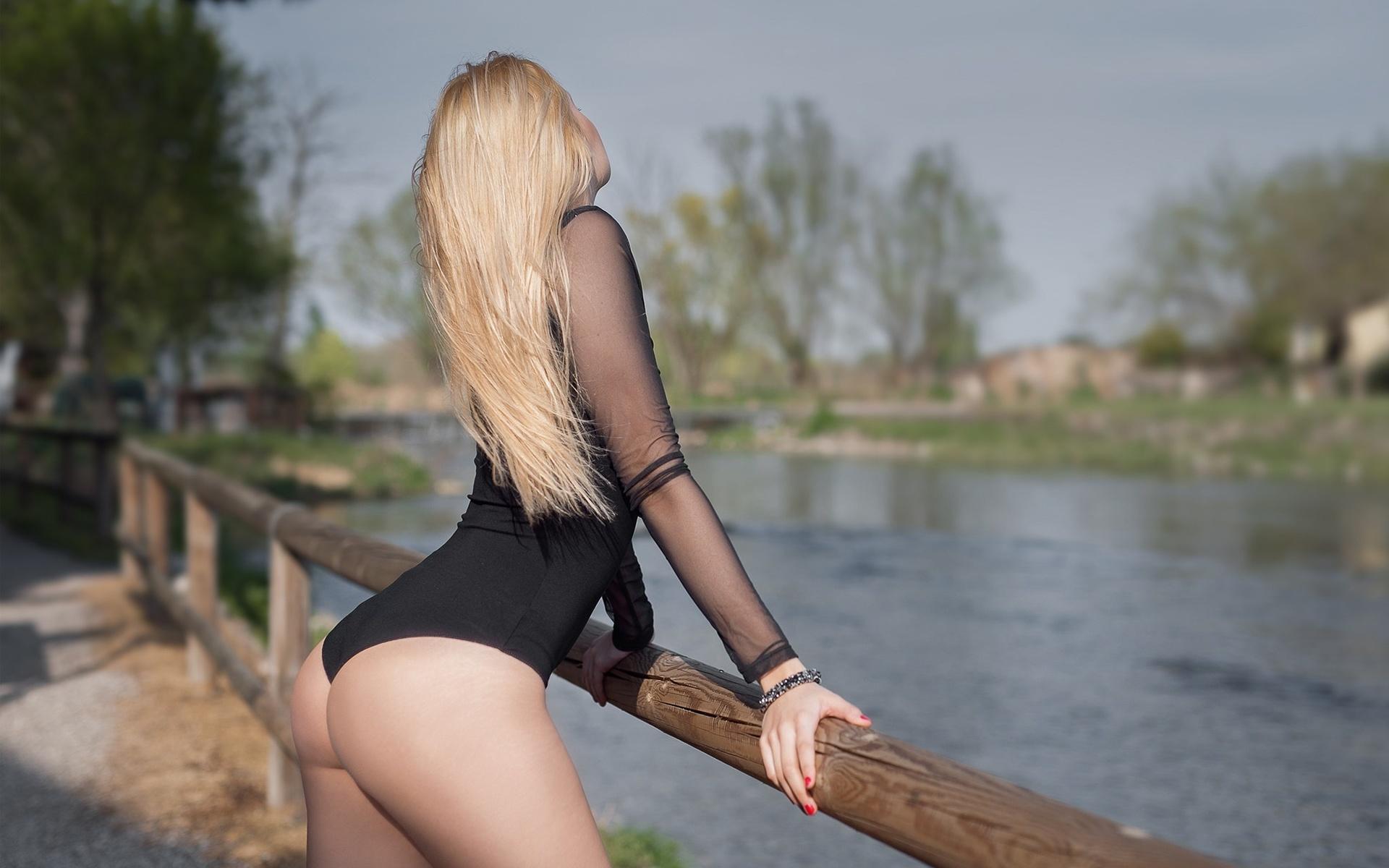 Длинноволосая блондиночка показывает свою красивую и шикарную задницу