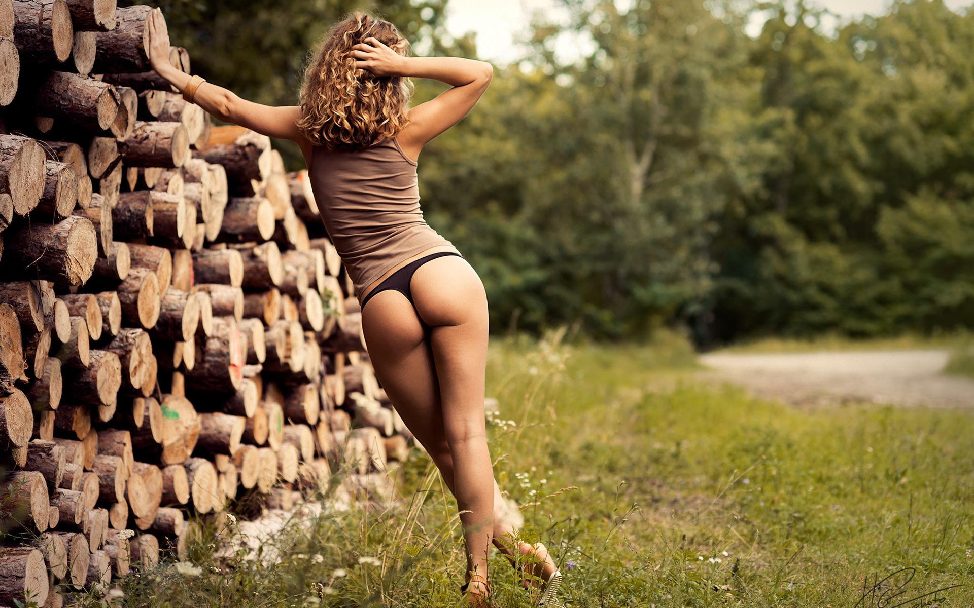 Девушка на дровах фото
