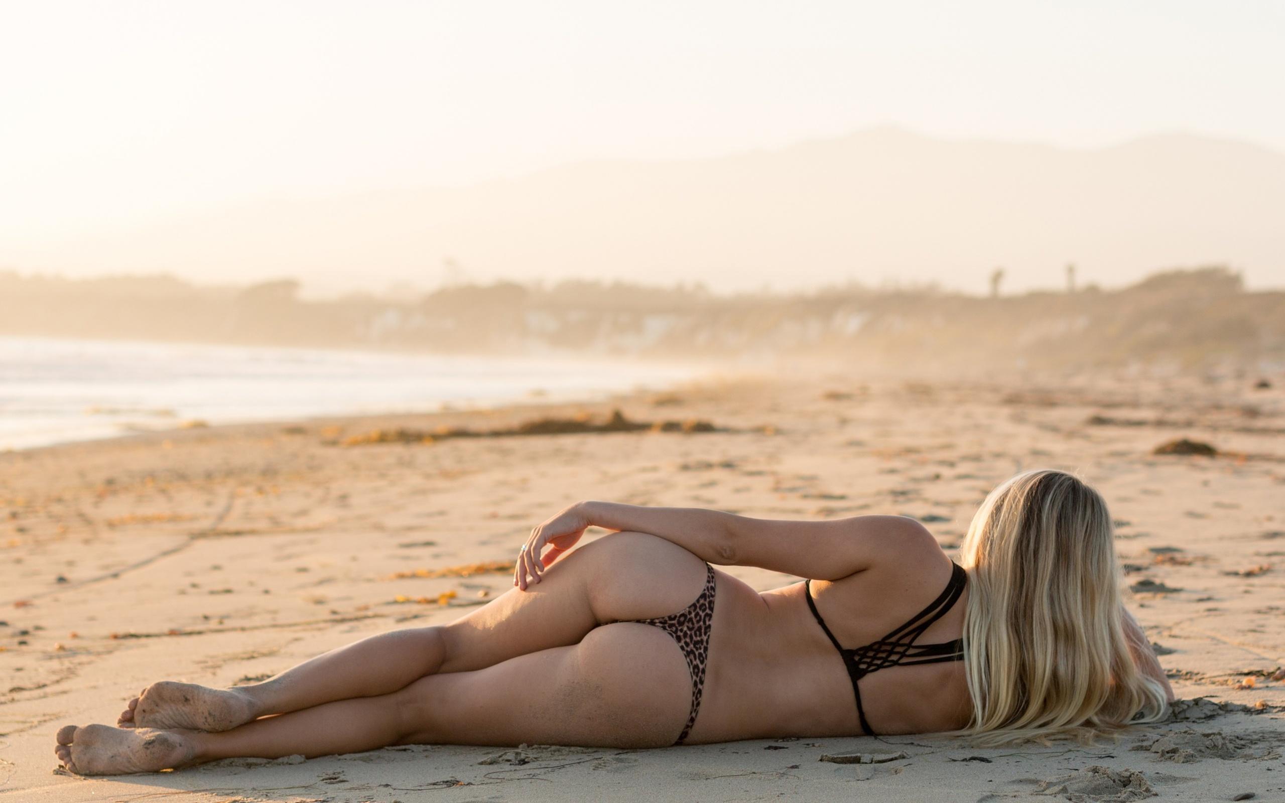 Фото на пляже лежа со спины